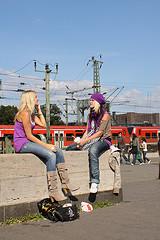 illustration - deux filles bavardent - http://www.flickr.com/photos/14309045@N04/2887764927 Found on flickrcc.net