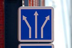 illustration - Panneau de circulation avec des flèches. http://www.flickr.com/photos/38712296@N07/7951903536 Found on flickrcc.net
