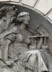 illustration - travaux sur un bas-relief représentant la justice
