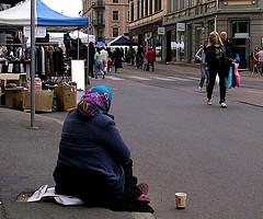 illustration - mendiante dans la rue - http://www.flickr.com/photos/91731765@N00/485155522 Found on flickrcc.net