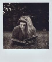 illustration - fille lisant dans l'herbe - http://www.flickr.com/photos/48337528@N05/18906002119 Found on flickrcc.net